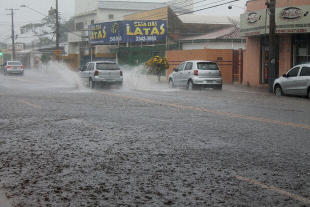 Chuva continua a cair neste domingo em Campo Grande