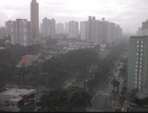 Domingo com tempo nublado e chuva forte em pontos isolados