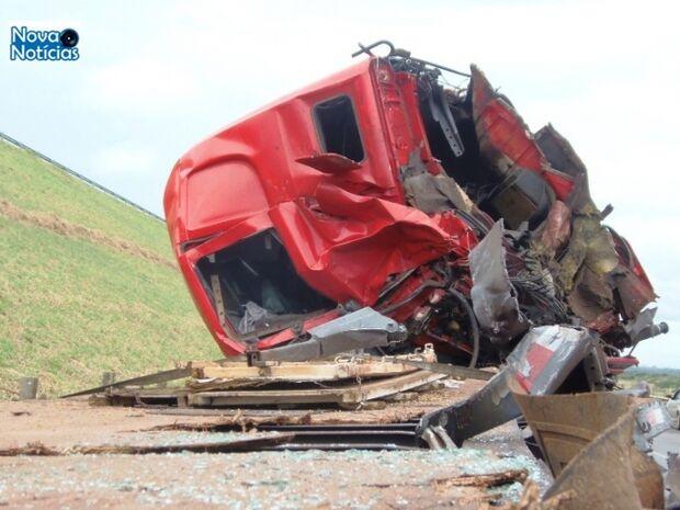 Carretas batem de frente e motoristas morrem na MS-480