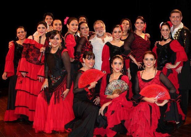 "Grupo ""Embrujos de España"" comemora 25 anos de grupo no palco"