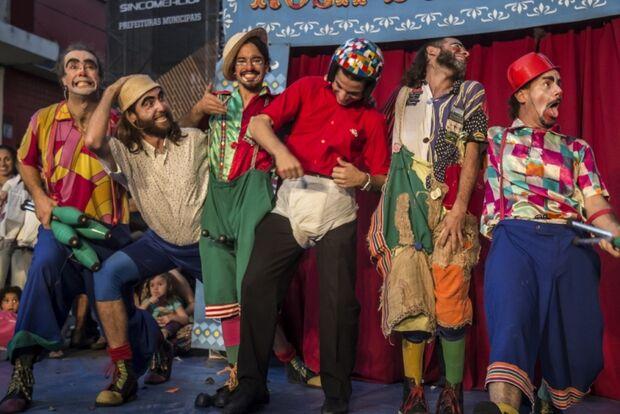 Projeto Orla Cultura apresenta amanhã o espetáculo Saltimbembes Mambembancos
