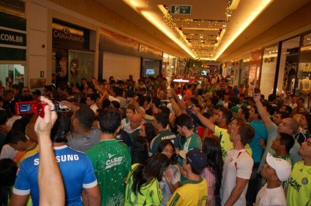 Torcedores Palmeirenses lotam shopping atrás de fotos e autografo