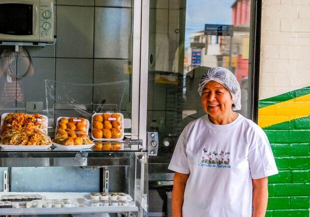 Banca de marmitas japonesas atrai clientes com 'sushi caipira'