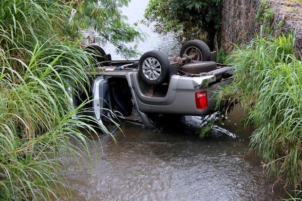 Motorista perde controle e cai dentro de córrego da Capital
