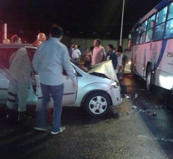 Carro não respeita sinal vermelho e bate em coletivo na Capital