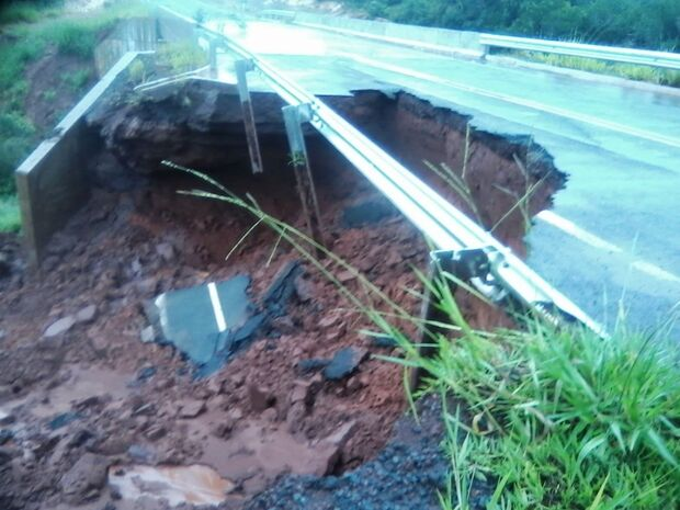Buraco é aberto em rodovia após forte chuva em Figueirão