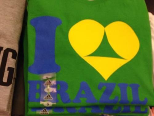 Camiseta vendida nos EUA usa apelo sexual vinculado à Copa no Brasil
