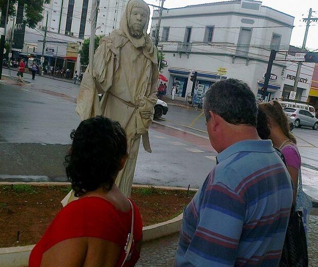 Estátua viva chama atenção no cruzamento da Afonso Pena com a 14 de julho