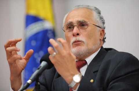 José Genoíno e recebe alta de hospital, em Brasília
