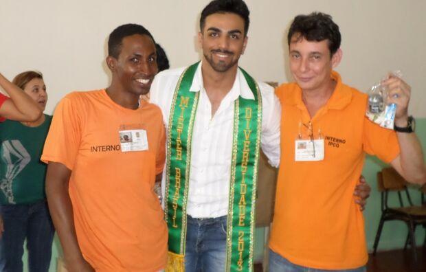 Mister Brasil Diversidade visita gays e travestis no Instituto Penal de Campo Grande