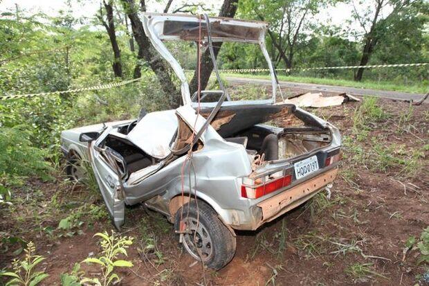 Veículo sai da pista, bate em árvore e deixa uma vítima fatal na MS-427