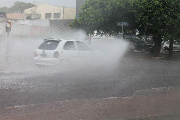 Capital volta a ser castigada por pancadas de chuva neste sábado