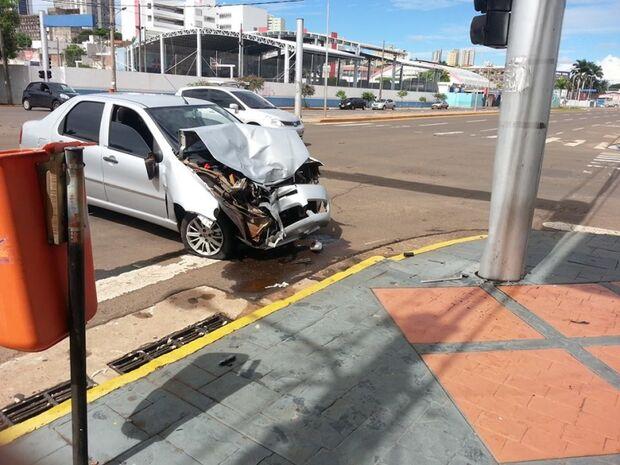 Três pessoas ficam feridas em acidente grave em cruzamento movimentado da Capital