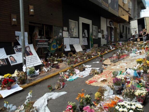 Com altar, pais celebram aniversários e choram a morte de filhos na Boate Kiss