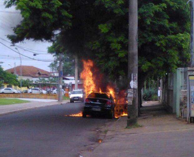 Fogo destrói carro no bairro Tiradentes em Campo Grande