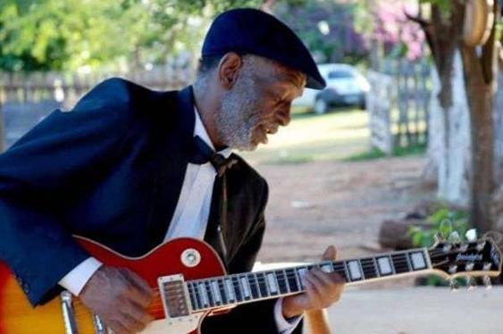 Zé Pretim e banda Black Tie se apresentam no Som da Concha no domingo