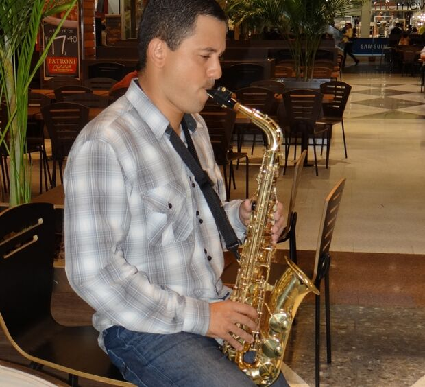 Harmonia musical do saxofone embala público do Shopping Campo Grande