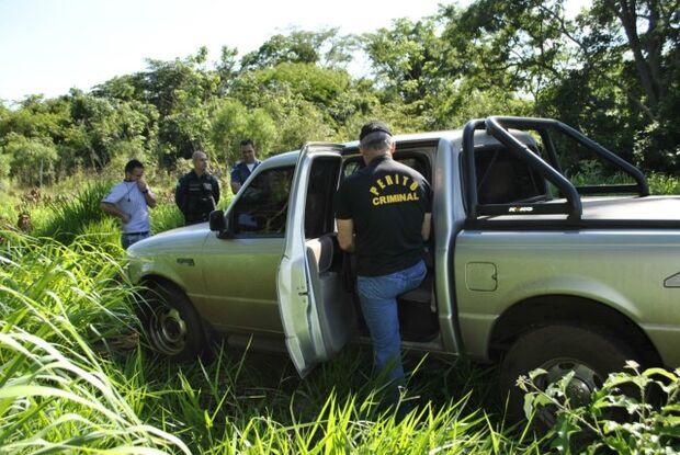 Polícia investiga corpo de homem encontrado em veículo