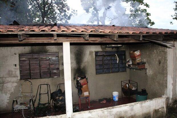 Casa fica totalmente destruída após incêndio nesta madrugada