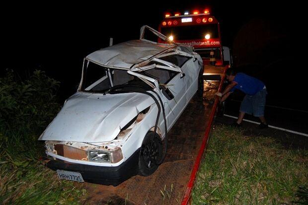 Veículo capota, fica destruído e ocupantes saem ilesos
