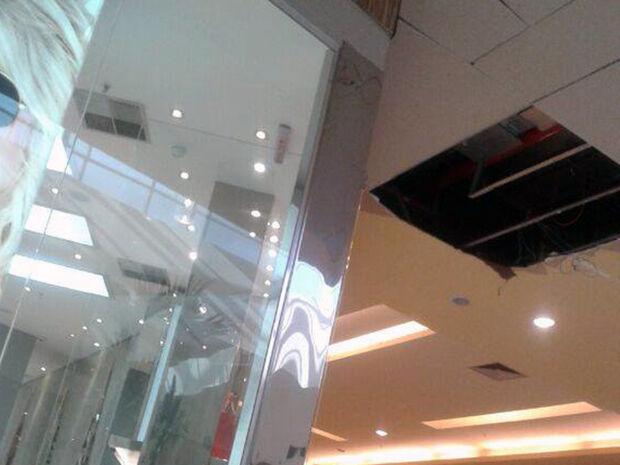 Parte do teto do Shopping Norte Sul Plaza desaba por conta da chuva na tarde deste domingo