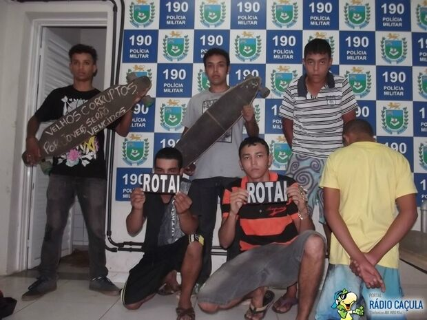 Jovens fazem pose para tirar foto em delegacia no interior