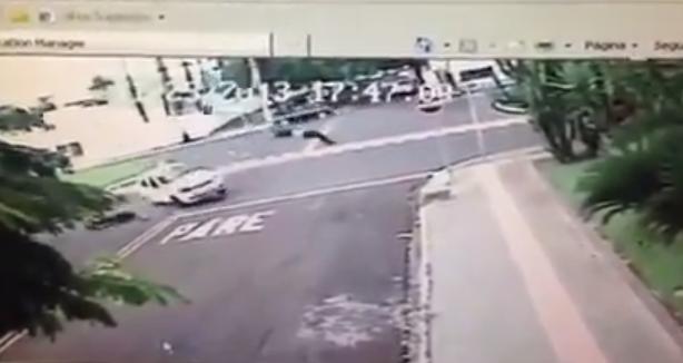 Vídeo flagra motociclista voando em acidente de trânsito na Afonso Pena