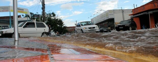 Chuva de 40 minutos alaga 14 de julho e causa transtorno a pedestres