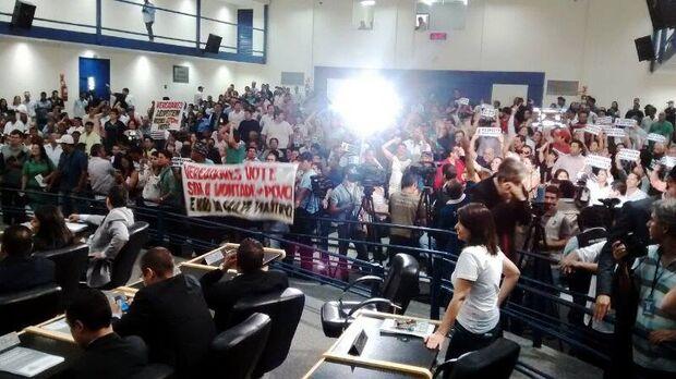Liminar suspende sessão que cassaria mandato de Bernal