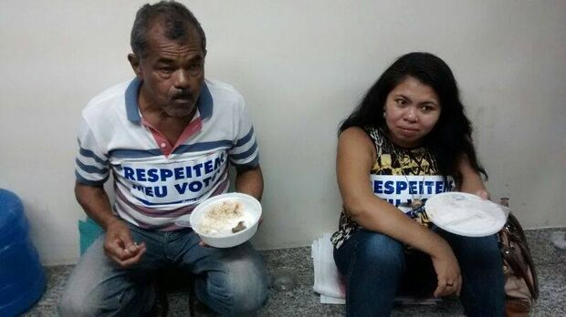 Manifestantes recebem marmita para continuar na Câmara