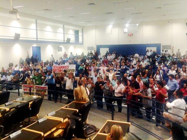 Após mais de seis horas vereadores ainda não saíram de reunião