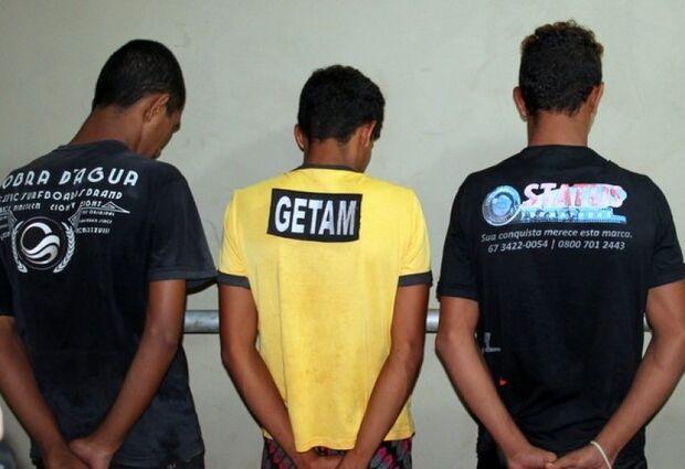 Três adolescentes são presos após assalto em conveniência