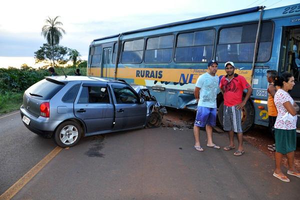 Acidente envolvendo carro e ônibus deixa duas pessoas feridas