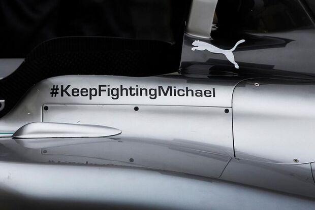 Pilotos da Mercedes exibem mensagem de apoio à Schumi em carros