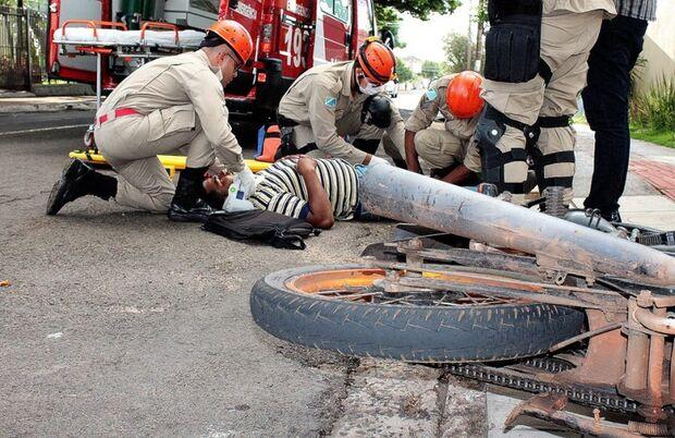Palio e motocicleta se envolvem em acidente na rua da Liberdade
