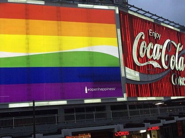 Coca-Cola apoia Carnaval gay com outdoor gigante