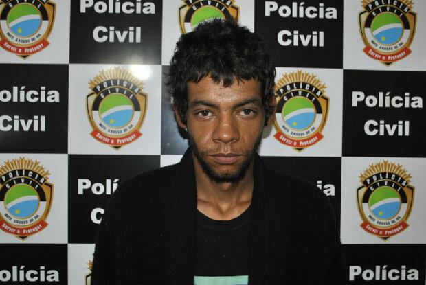 """Guarda Municipal de Dourados flagra homem """"pescando"""" roupas"""