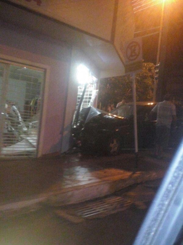 Motorista perde a direção na Av. Mato Grosso e invade loja de lingerie
