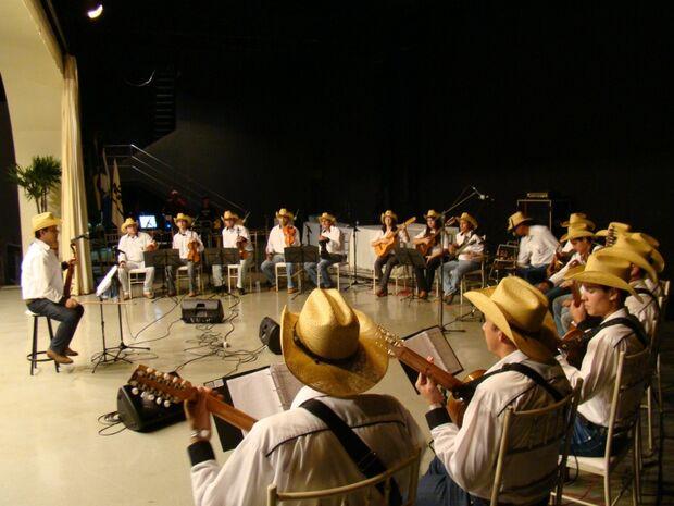Orquestra Revoada Pantaneira e Grupo Acaba animam Seresta Morena