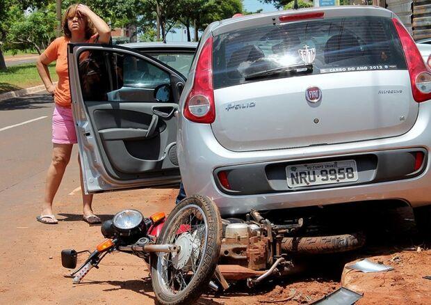 Condutora colide com moto e três carros na Av. Mato Grosso