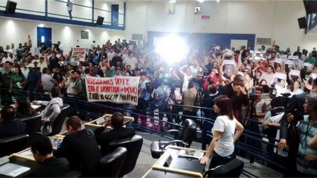 Votação sobre cassação de Bernal é marcada por impasse de liminar e tumulto na Câmara