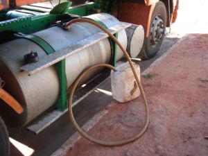 Motorista cochila e ladrões furtam combustível de carreta em posto de gasolina