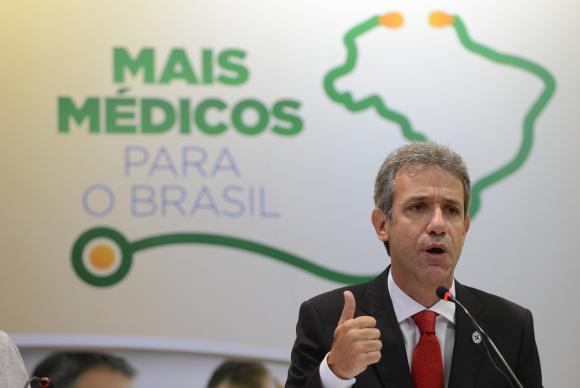 Governo aumenta salário de médicos cubanos