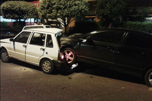 Motorista perde controle e literalmente 'entra' dentro de outro carro em Dourados