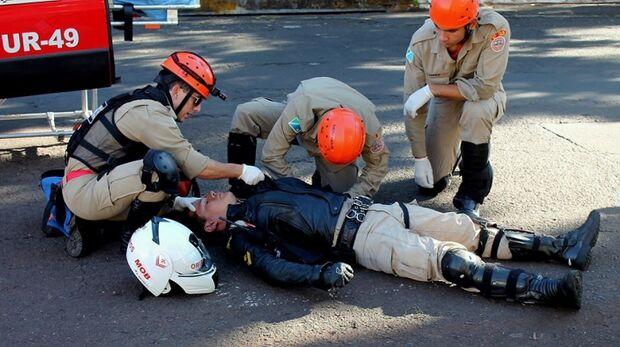 Mulher bate Celta em moto do Corpo de Bombeiros