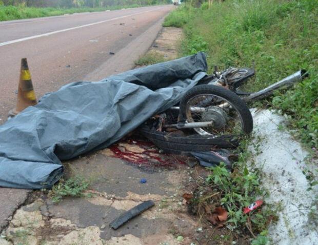 Motociclista morre após colidir com carreta, na BR-163
