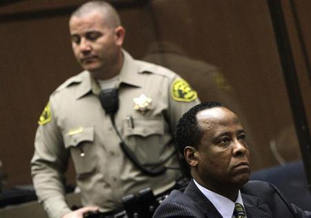 Médico condenado pela morte de Michael Jackson deixa a prisão