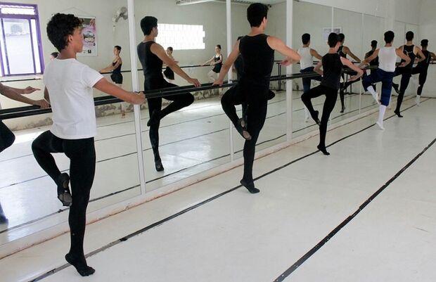 Na ponta dos pés, meninos provam que dança supera preconceitos