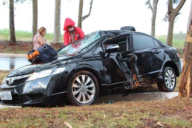 Carro sai da pista, colide em eucalipto e deixa um ferido