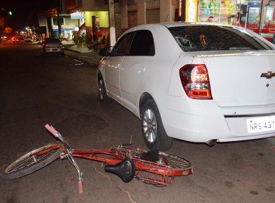 Ciclista colide em carro estacionado e é arremessado contra pára-brisa em MS